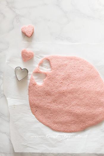 Ricavare-i-cuoricini-dallimpasto-rosa-Ricetta-Plumcake-con-cuore-a-sopresa